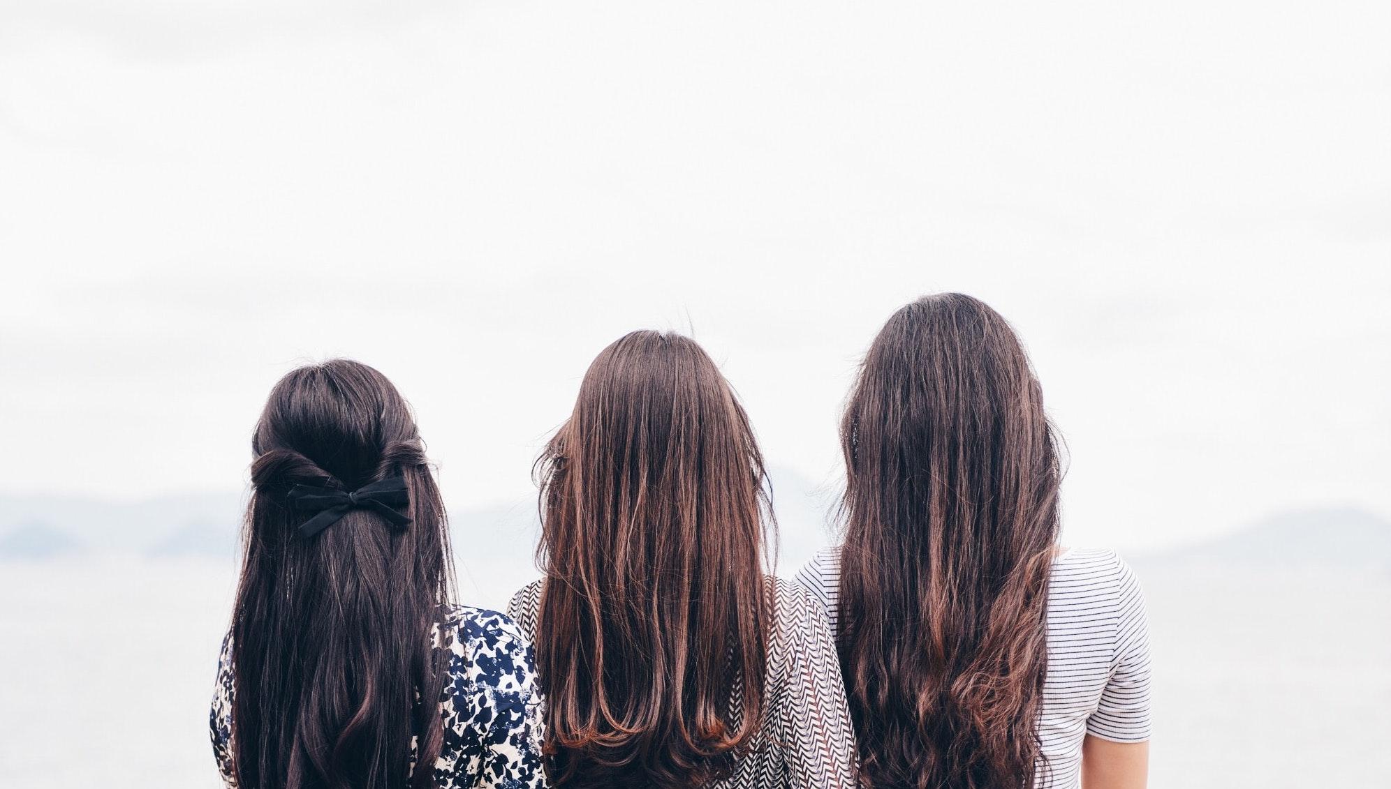 lányok egymás mellett